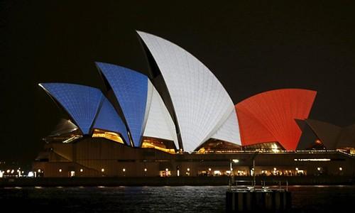 Thế giới đổi màu cờ Pháp tưởng niệm nạn nhân vụ khủng bố