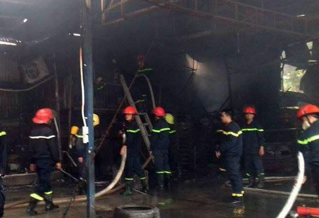 Cháy lớn tại gara ô tô ở Hà Nội