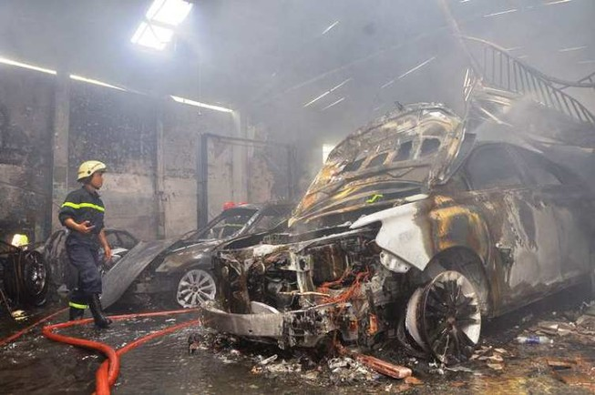 Chùm ảnh: Năm siêu xe cháy trơ khung trong vụ cháy lớn ở Cống Quỳnh