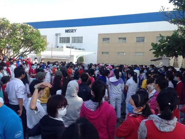 3.000 công nhân ngưng việc phản đối giảm phụ cấp
