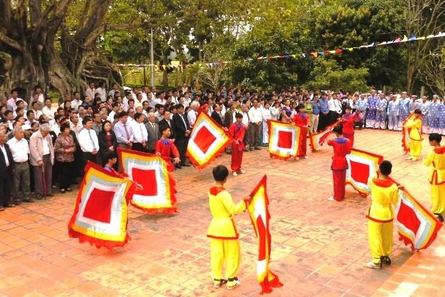 Dâng hương tại đền thờ người có công mở đất Phú Yên