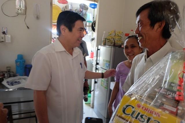 Chủ tịch Nguyễn Thành Phong đề nghị Giám đốc Sở Y tế chữa mắt cho một người dân