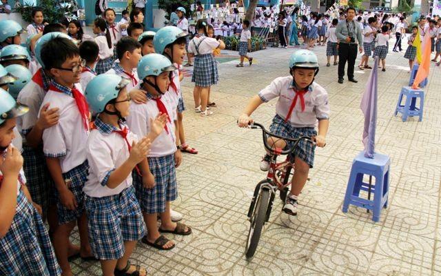 Mở ngày hội đội mũ bảo hiểm của học sinh tiểu học