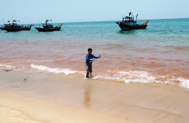 Quảng Bình: Phát hiện dải nước màu đỏ gạch dọc bờ biển