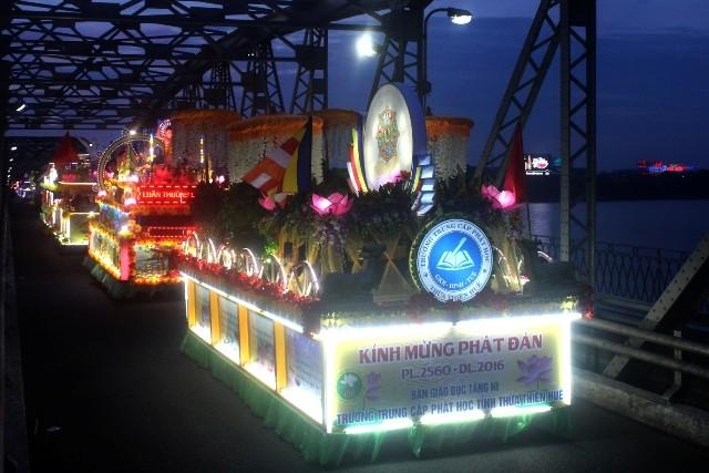 Chùm ảnh: Lễ rước Phật bằng xe hoa và 104 xe ô tô tại Huế
