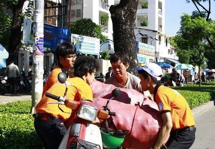 Sinh viên tình nguyện tiếp sức người đi đường