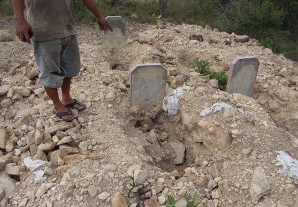 """Dân bức xúc vì dự án """"đào trộm"""" hơn 130 ngôi mộ"""