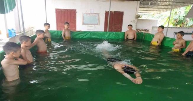 'Sáng kiến' bể bơi 10 triệu đồng của thầy giáo xứ Nghệ