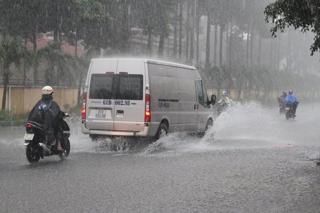 TP.HCM lại mưa, nước đang ngập nhiều tuyến đường