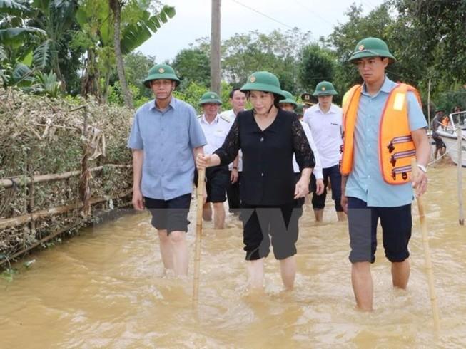 Chủ tịch Quốc hội lội nước thăm người dân vùng lũ