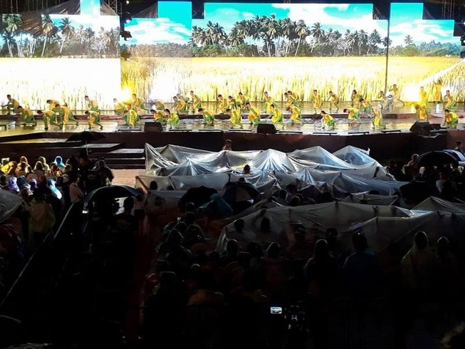 Nghệ sĩ và khán giả đội mưa xem live show Việt Hương