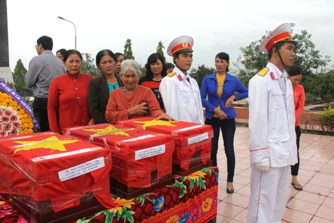 Đón 5 hài cốt quân tình nguyện về nghĩa trang quê nhà