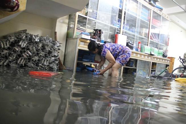 Sự cố cống ngăn nước khiến 2 phường quận 12 ngập nặng