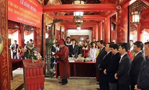 Dâng hương ở Văn Miếu: Sao chỉ cúi đầu trước Khổng Tử?