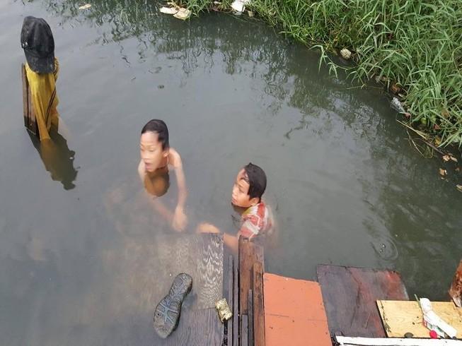Chính quyền xã gặp gia đình 17 người sống bên kênh đen