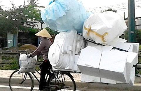 Xe đạp chở cồng kềnh, lắc lư theo gió
