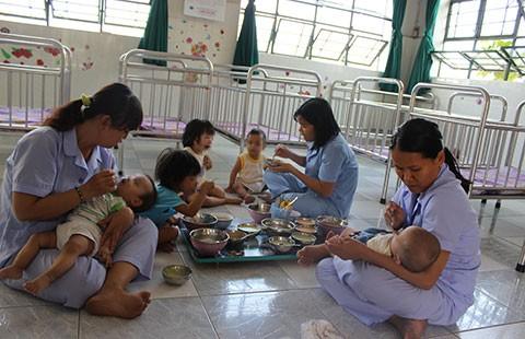 Nhọc nhằn nghề chăm sóc trẻ nhiễm HIV
