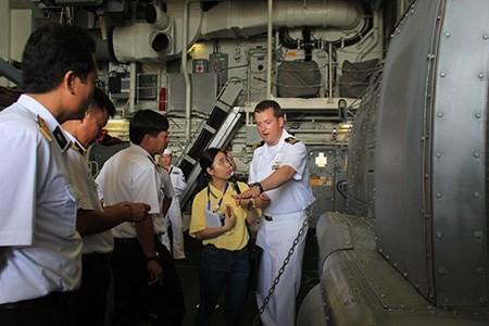 Hải quân Việt Nam và Mỹ huấn luyện trên hai chiến hạm