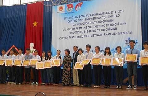 Quỹ Vừ A Dính trao 220 suất học bổng cho HS-SV