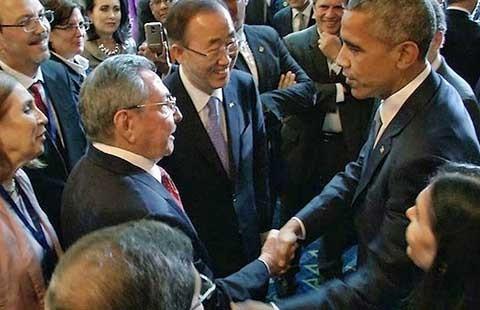Cái bắt tay lịch sử Obama - Castro
