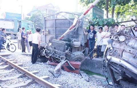 Ô tô đâm gác chắn lao vào tàu lửa đang chạy