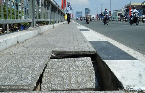Hố trên cầu bẫy người đi đường