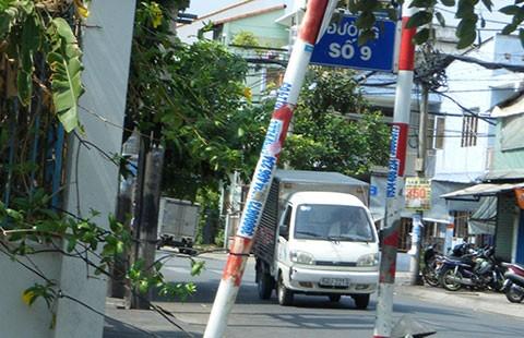 Cột biển báo nghiêng ra đường