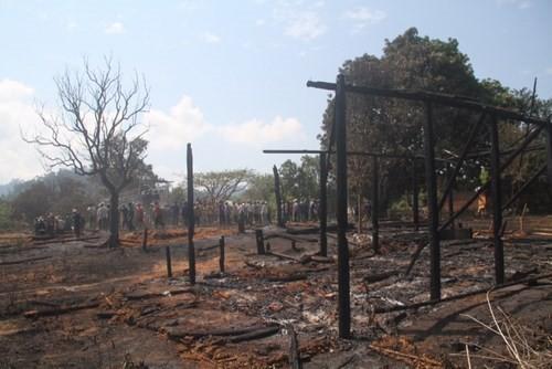 Lửa thiêu rụi nhiều nhà ở làng Ba Na trăm tuổi