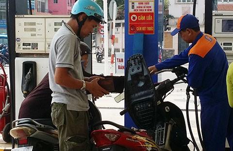 Tăng hay ghìm giá xăng dầu?