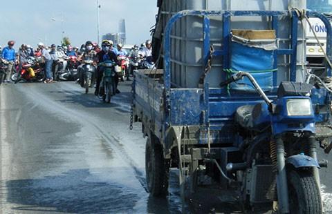 Xe ba bánh chở bồn xi măng bể làm nhiều người bị té