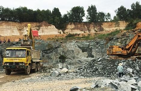 Kiểm tra việc lấy đất, đá từ sân bay Biên Hòa lấn sông Đồng Nai