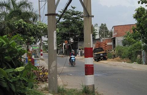 Trụ điện mọc giữa đường