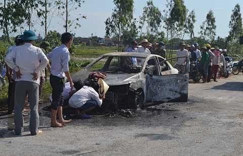 Xe ô tô bốc cháy giữa đường, nhiều người không cứu kịp