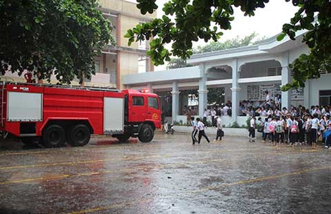 Cháy trường, học sinh tháo chạy tán loạn