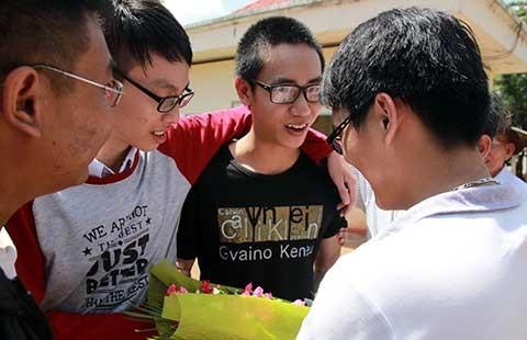 Trả tự do học sinh bị vào trường áp giải đi tù
