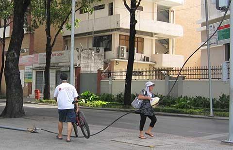 Dây điện nguy hiểm ngáng chân người đi đường