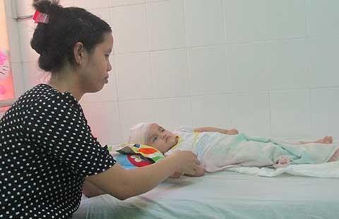 Cháu bé ở nhà giữ trẻ không phép bị chấn thương sọ não
