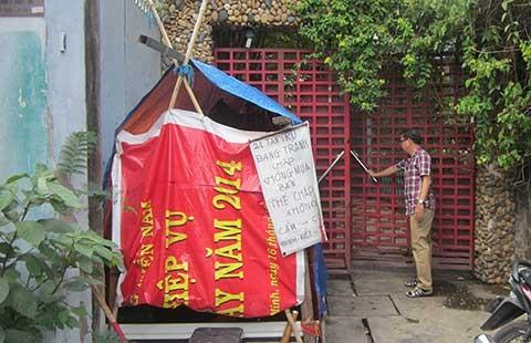 Tự dưng có người dựng lều trước nhà
