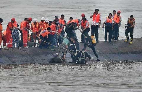 Hàng trăm người trong con tàu lật úp