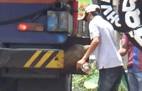 Hút trộm xăng dầu giữa quốc lộ