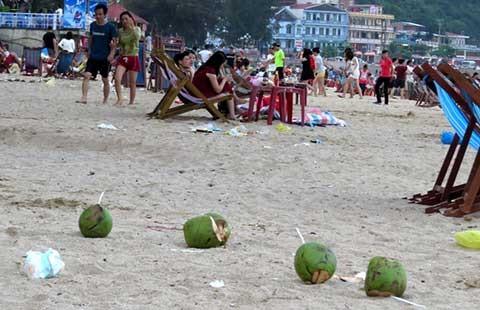 Rác vẫn ngập ở bãi biển Đồ Sơn