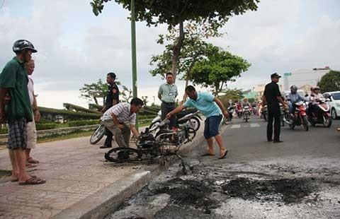 Xe máy bốc cháy giữa đường