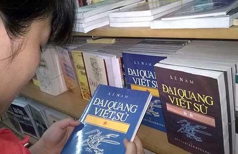 Công khai bày bán sách cấm