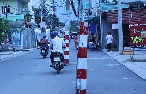 Nhanh chóng dời hàng loạt cột điện giữa đường