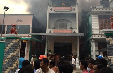 Cháy lớn cơ sở sản xuất tương ớt ở Tiền Giang
