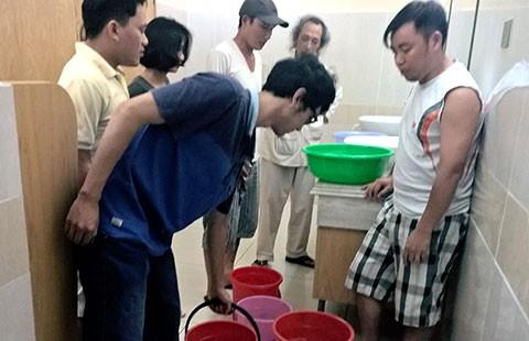 Bị ban quản lý cắt nước, dân chung cư khốn khổ