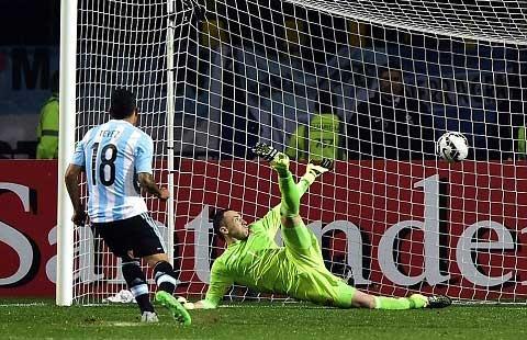 Người hùng Tevez đưa Argentina vào bán kết sau loạt luân lưu thứ 7