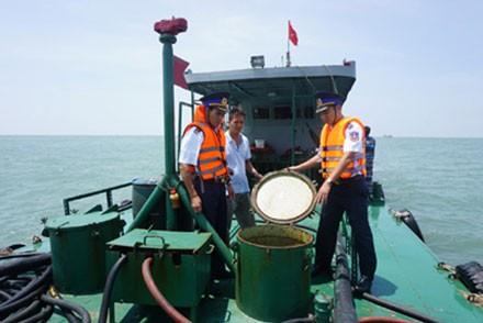 Tàu chở 260.000 lít dầu không rõ nguồn gốc