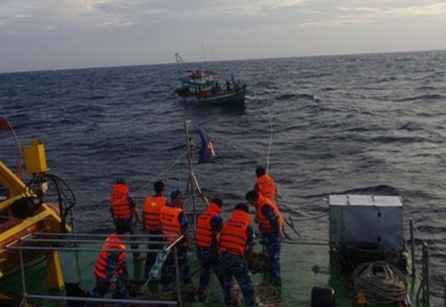 Vật lộn với sóng biển, cứu nạn chín ngư dân