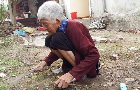 Con dùng chổi đánh mẹ 93 tuổi